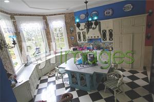 Area dapur cantik dengan perabot klasik