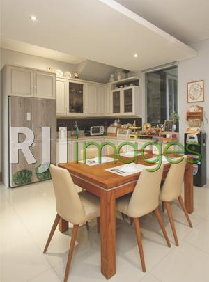Area dapur yang menyatu dengan ruang makan