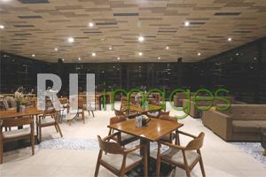 Area lantai atas kafe bernuansa industrial modern