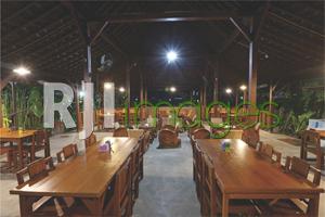 Area makan dengan furnitur kayu bergaya vintage
