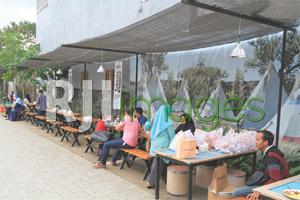 Area makan outdoor  dengan background camp Indian