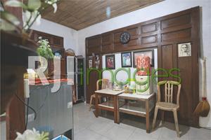 Area ruang makan & dapur dengan aplikasi gebyok kayu