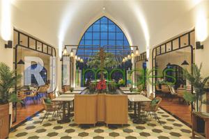 Area ruang tengah dengan arsitektur bukaan kaca layaknya kapel