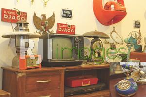 Beberapa koleksi barang lawasan tertata di sudut galeri
