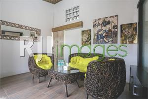 Dekorasi ruang tamu dengan pernak-pernik bernuansa seni