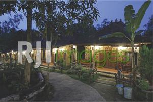 Deretan kamar Rajaklana Resort dengan nuansa alam yang kental
