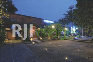 Fasad depan kafe dengan konsep Benteng ala Jepang