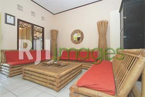 Furnitur bambu mendominasi ruang tamu