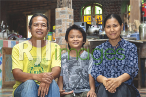 Heru Suprihantono dan Hanai Kobayashi bersama sang putra