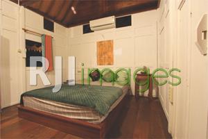 Interior klasik di kamar tipe double bed + twin bed