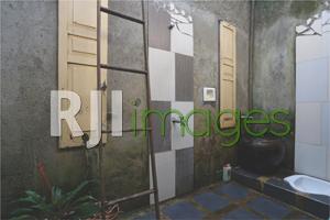 Kamar mandi dengan konsep semi outdoor