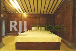 Kamar tidur dengan dominasi unsur kayu