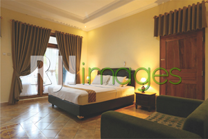 Kamar tidur dengan ranjang bergaya minimalis nan nyaman