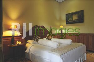 Kamar tidur double bed dengan sentuhan unsur Jawa