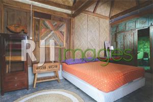 Kamar tidur limasan kecil dengan dekorasi unsur kayu