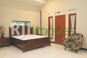 Kamar tidur utama bergaya simpel nan nyaman