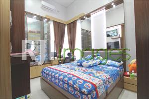 Kamar tidur utama bernuansa minimalis modern