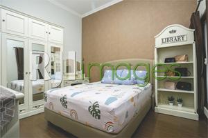 Kamar tidur utama bernuansa minimaslis nan nyaman