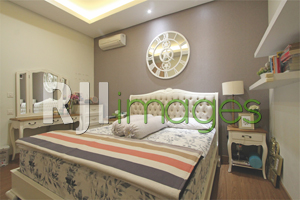 Kamar tidur utama dengan konsep klasik nan elegan