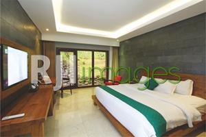 Kamar tipe Deluxe dengan sentuhan batu alam