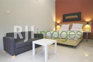 Kamar tipe deluxe dilengkapi sofa set Griya Karangsuci Homestay