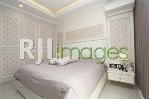 Kenyamanan kamar tidur utama bernuansa monochrome