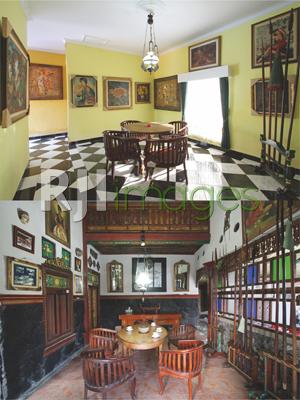 Koleksi lukisan antik di samping area ruang kerja & Koleksi berbagai tombak puso