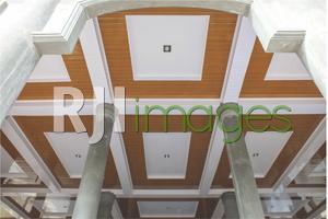 Kombinasi plafon model polos dengan motif kayu