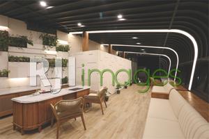 Lobby bergaya industrial modern dengan aksen kayu