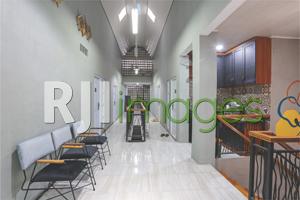 Lorong kamar lantai atas dengan paduan warna netral & ciamik