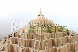 Miniatur Candi Borobudur dari bonggol jagung
