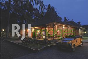 Nuansa kehangatan rumah Jawa berpadu dengan unsur natural di sekitarnya