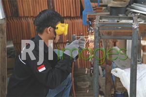 Proses pengelasan rangka wastafel dengan bahan besi