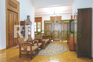 Ruang keluarga dengan dominasi furnitur kayu lawasan ala rumah Jawa