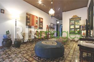 Ruang keluarga sebagai fasilitas bagi tamu dengan dekorasi furnitur antik