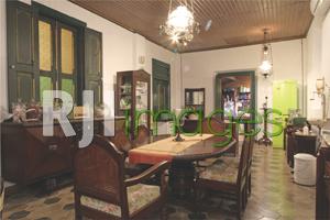 Ruang makan dengan furnitur & pernak-pernik mewah klasik