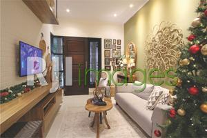 Ruang tamu dengan pernak-pernik unsur kayu