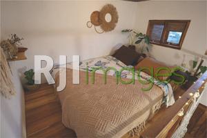 Ruang tidur bernuansa tropis pada kamar Truck House