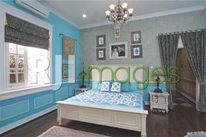 Ruang tidur utama bernuansa biru cerah