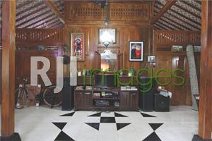 Ruang utama rumah induk layaknya rumah pribadi
