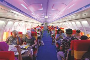 Suasana makan di dalam pesawat