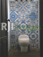 Aplikasi tegel motif pada toilet