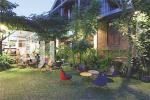 Area outdoor dengan table set unik bernuansa alami