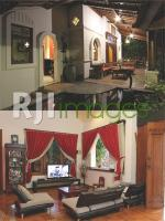 Fasad rumah bernuansa kolonial dengan sentuhan jawa klasik dan Ruang keluarga ya