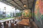 Furnitur kayu natural senada dengan konsep area garden
