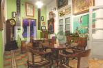 Koleksi barang antik yang menyatu dengan area makan