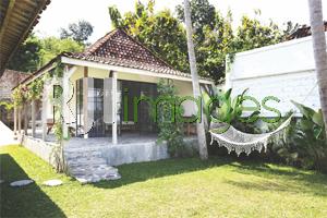 Area halaman kamar bernuansa tropis
