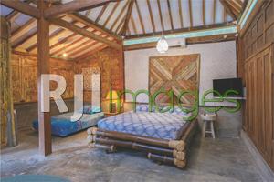 Area ruangan limasan besar bergaya rumah Jawa