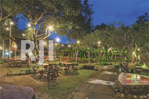 Area taman dengan table set kayu bernuansa natural