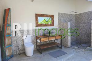 Bathroom semi outdoor dengan fasilitas modern